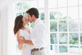 愛する若いカップルがキス — ストック写真