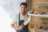 Säker café ägare med söt mat på coffee shop — Stockfoto