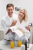 счастливая молодая пара с книга рецептов на кухне — Стоковое фото