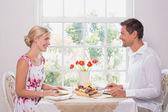 Happy young couple enjoying food — Stock fotografie