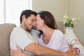自宅でソファに陽気な愛情のあるカップル — ストック写真