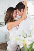 Junges liebespaar einander betrachten — Stockfoto