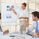 imprenditrice dando presentazione ai colleghi in ufficio — Foto Stock #42598855