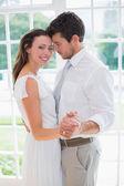 Jeune couple d'amoureux main dans la main à la maison — Photo