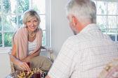 几个在家里下棋 — 图库照片
