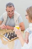 Çift evde satranç — Stok fotoğraf