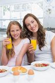 Madre e hija desayunando en la cocina — Foto de Stock