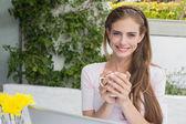 美丽的女人,咖啡和咖啡馆的笔记本电脑 — 图库照片