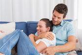 一对情侣坐在沙发上的肖像 — 图库照片