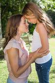 Jong meisje en moeder in het park — Stockfoto