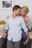 Sorridente donna uomo che abbraccia da dietro a casa — Foto Stock