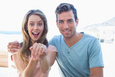 Veselá žena zobrazeno zásnubní prsten kromě člověka — Stock fotografie