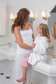 Matka a dcera v koupelně — Stock fotografie