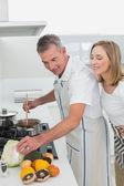 Вид сбоку на пару, приготовление пищи в кухне — Стоковое фото