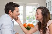 Kochający młodą parą w domu — Zdjęcie stockowe