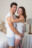 Porträtt av ett älskande par hemma — Stockfoto