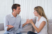 Couple ayant un argument dans le salon — Photo