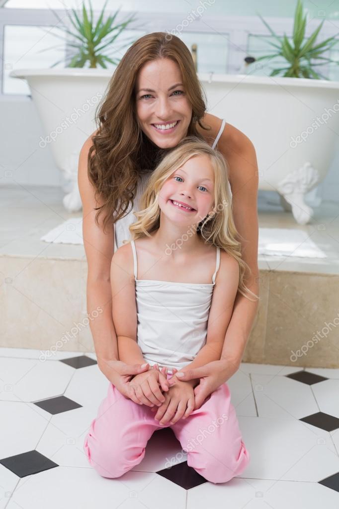 Мать и дочь в ванной