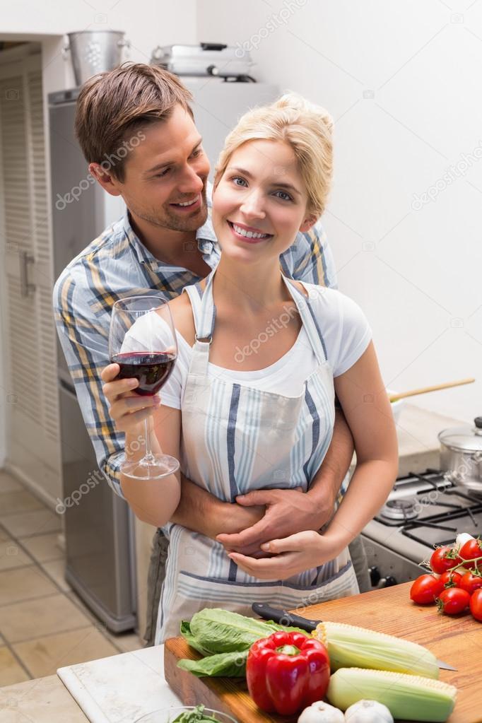 portrait dun couple damoureux avec vin verre dans la cuisine photographie lightwavemedia. Black Bedroom Furniture Sets. Home Design Ideas