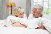 Heureux couple mature couché dans son lit à la maison — Photo