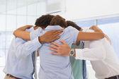 équipe des activités avec des têtes ensemble formant un huddle — Photo