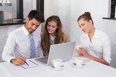 деловые люди, вместе с помощью ноутбука на рабочий стол — Стоковое фото