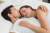 Coppia rilassata dormire insieme nel letto — Foto Stock