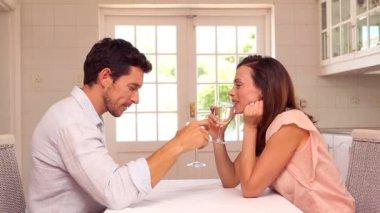 Homem feliz dando um presente de seu parceiro na mesa — Vídeo stock