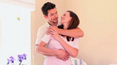 Влюбленная пара обнимает и обниматься — Стоковое видео