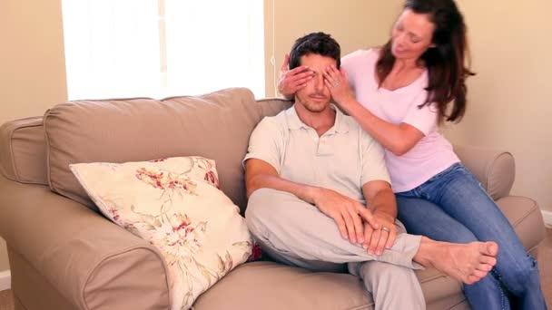 Mujer cubriendo sus ojos de novios — Vídeo de stock