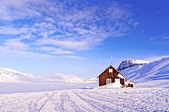 Cabin of wood in the middle of a paradise frozen — Stock Photo