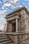 Tempio di pietra e le scale in cima alla montagna — Foto Stock