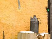 Country house wall with old water can — Stock fotografie