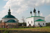 Temples Vhodoierusalimskaya parish in Suzdal, Vladimir region. Left warm Nikolsky (Piatnitski), right - cold Vhodoierusalimskaya. — Stock Photo