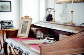 Antique desk — Stockfoto