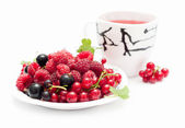 Cup of tea and berries — Stock Photo
