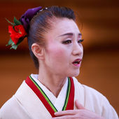 Chieko Kojima-Japanese folk dancing. She's noted for her original style of dance in Kodo's taiko-based performances, her vivid portrayal of the goddess Uzume in Tamasaburo Bando's 2006 Amaterasu. — Stock Photo