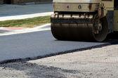 Rullo del vapore appiattisce asfalto — Foto Stock