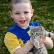 Boy holding kitten — Foto de Stock