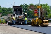 Riparare una strada con asfalto caldo — Foto Stock