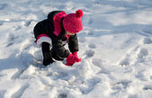 Child playing in the snow — Stock fotografie