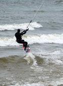 Kitesurfista espumas das ondas — Fotografia Stock