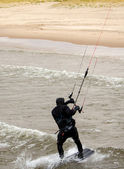 Kite surfer sails onto the beach — Photo