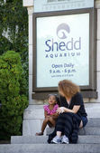 Woman and child waiting outside the shedd aquarium — Stock Photo