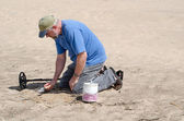 Digging up treasure on the beach — Stock Photo