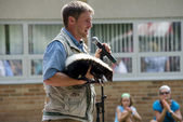 Man with skunk speaking about wildlife — Stockfoto