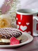 Lezzetli whooppe pasta ve kırmızı ve beyaz kalp kupa kahve — Stok fotoğraf