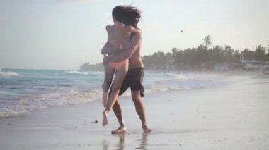 šťastný pár v lásce baví na pláži — Stock video