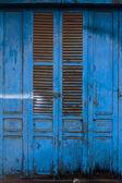 Blauwe houten voordeur naar het huis — Stockfoto