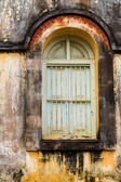 Ročník windows na staré cihlové zdi — Stock fotografie